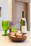Efterrätt, vin och exponeringsglas av kulört exponeringsglas på en tabell som göras av trä Royaltyfri Fotografi