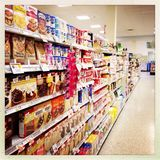 Efterrättblandningar i supermarketgång Royaltyfria Bilder
