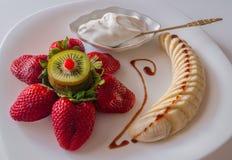 Efterrätten av jordgubbar och bananen Royaltyfri Bild