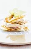 Efterrätten för citron- och vaniljkrämkakan dekorerade med äppleskivor Royaltyfri Bild