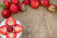 Efterrätten med kräm- och nya jordgubbar kan användas som bakgrund, kort Royaltyfria Foton