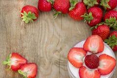 Efterrätten med kräm- och nya jordgubbar kan användas som bakgrund, kort Royaltyfri Fotografi