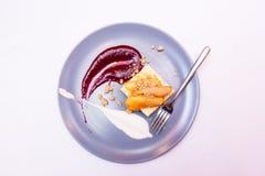 Efterrätten tjänade som med torkat - bära frukt i kafé eller bageri Kaka för smält lava med bär på plattan Konfektbegrepp vitt arkivbild