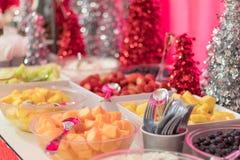 Efterrätter för mat för ferieparti dekorerade festively med jordgubbar för ny frukt, ananas, melon Arkivbilder