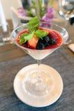 Efterrättfrukt blommar mintkaramellen ett kafé en restaurang som lägger glass servetter för väggen för bilden för stången för sto arkivfoton