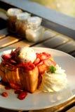 Efterrätthonungrostat bröd med glass och jordgubben för romantisk söt tid i dag för valentin` s Royaltyfri Bild