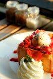 Efterrätthonungrostat bröd med glass och jordgubben för romantisk söt tid i dag för valentin` s Arkivfoton