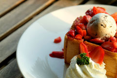 Efterrätthonungrostat bröd med glass och jordgubben för romantisk söt tid i dag för valentin` s Royaltyfria Bilder