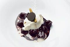Efterrättkörsbär i rött vin och choklad med kanelbrun is Cre Fotografering för Bildbyråer