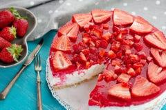 Efterrättkaka som göras med läcker röd frukt för jordgubbe Arkivfoto