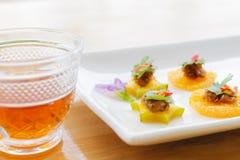 Efterrättnamnet är 'MOR HOR 'på maträtten, och de är på tabellen royaltyfria foton