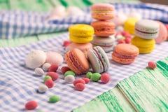 Efterrättstilleben av söta den makronkakor och marshmallowen Royaltyfri Bild