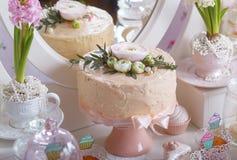 Efterrätttabell för ett parti kaka, sötsaker och blommor Efterrätttabell på bröllop Royaltyfri Bild
