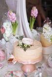 Efterrätttabell för ett parti kaka, sötsaker och blommor Efterrätttabell på bröllop Royaltyfria Foton