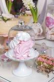 Efterrätttabell för ett parti kaka, sötsaker och blommor Efterrätttabell på bröllop Arkivfoto