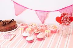 Efterrätttabell i rosa färger på flickafödelsedagpartiet Arkivbild