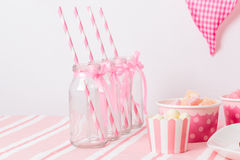 Efterrätttabell i rosa färgparti Royaltyfria Bilder