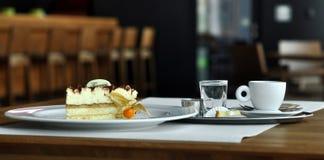 EfterrättTiramisu och kaffeespresso Arkivfoto