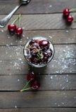 Efterrätt med en söt körsbär och en ostmassaost Arkivbilder