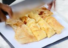 Efterrätten utformar av stekte Roti med bananen i Thailand Fotografering för Bildbyråer
