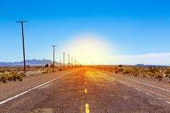 Eftersatt del av Route 66 i amerikansk öken arkivbild