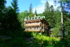Eftersatt hotell i skog arkivbild