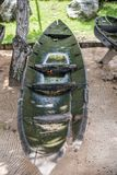 Eftersatt kanot som ruttnar ut i vädret royaltyfri bild