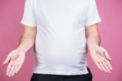 Eftertänksam överviktig man med den stora feta ölmagen royaltyfri fotografi