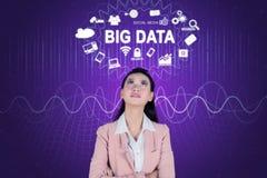 Eftertänksam affärskvinna som ser Big Data text royaltyfri foto
