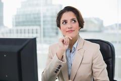 Eftertänksam affärskvinna som ser upp Royaltyfri Bild