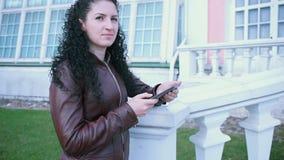 Eftertänksam brunettflicka med den elektroniska minnestavlan stock video