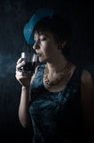 Eftertänksam dam med ett exponeringsglas Royaltyfri Foto