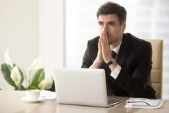 Eftertänksam entreprenör som grubblar allvarligt problem Royaltyfri Bild