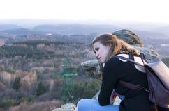 Eftertänksam flicka på bakgrunden av bergdalen på solnedgången fotografering för bildbyråer