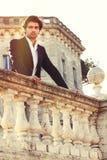 Eftertänksam italiensk man för elegant härlig affär charmig prince royaltyfri fotografi