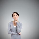 Eftertänksam kvinna fotografering för bildbyråer