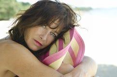 eftertänksam kvinna för strand arkivbild