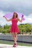 Eftertänksam kvinna med den rosa halsduken i fält Royaltyfri Bild
