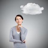 Eftertänksam kvinna med molnet arkivfoton