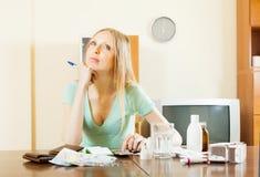 Eftertänksam kvinna som räknar kostnaden av läkarbehandlingar Royaltyfri Fotografi