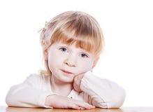 Eftertänksam liten flicka Royaltyfri Foto