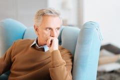 Eftertänksam pensionerad man som återkallar hans minnen Fotografering för Bildbyråer