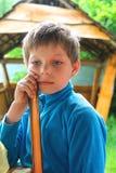 Eftertänksam pojke i sommarträgazebo arkivbild