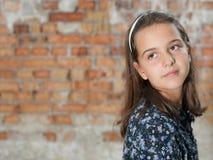 eftertänksam stående för flicka Arkivfoton