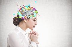 Eftertänksam ung affärskvinna, kuggehjärna royaltyfria foton