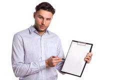 Eftertänksam ung affärsman Holding en minnestavla och en penna Arkivbilder