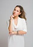 Eftertänksam ung brunettskönhet. Royaltyfria Bilder