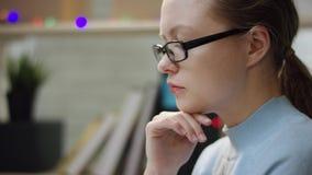 Eftertänksam ung student i exponeringsglas hemma arkivfilmer