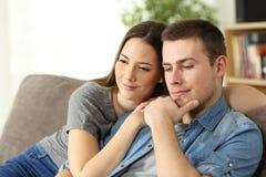 Eftertänksamma par som hemma tänker Arkivfoton