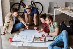 Eftertänksamma unga kollegor som startar affär Royaltyfri Bild
